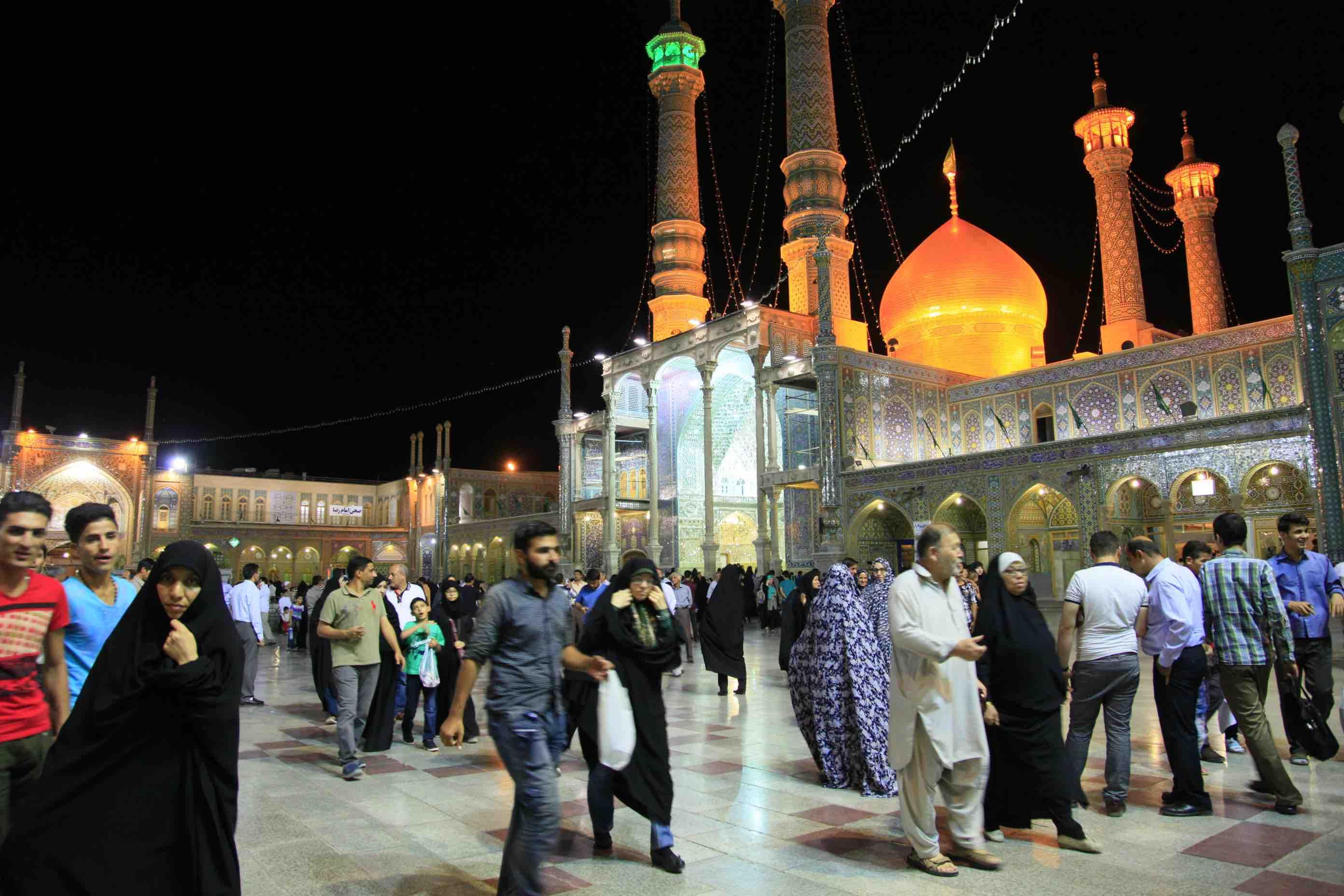 イランの聖地ゴム、ラマダン明けの集団礼拝