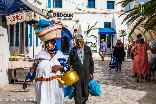 ジェルバ島の民族衣装を着た女性