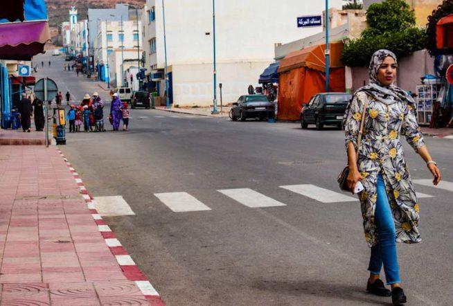 1人歩きするイスラム女性