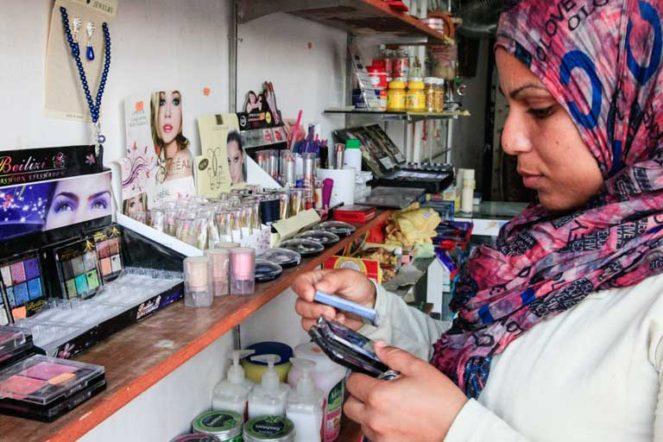 メイクをするイスラム教徒女性