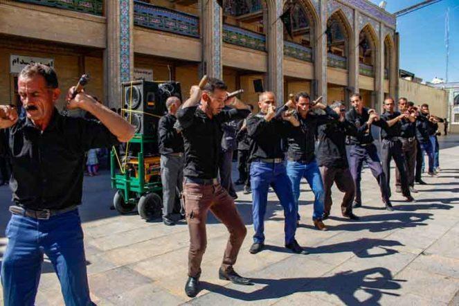 アーシューラーの儀式に参加するイラン人男性