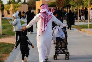 サウジアラビア男性の民族衣装トーブとシュマッグ