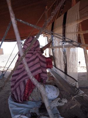 絨毯を折る遊牧民女性
